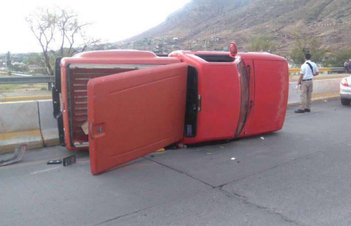 Vuelca camioneta en la avenida 20 de Noviembre