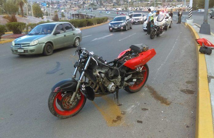 Cae motociclista en el periférico