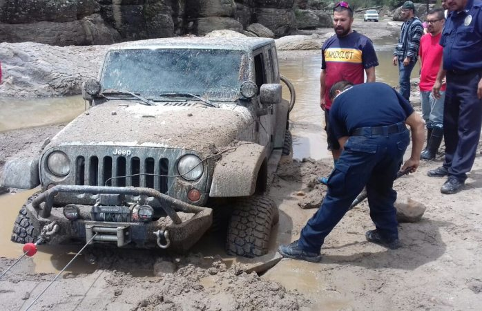 Rescatan a autos atascados en Majalca