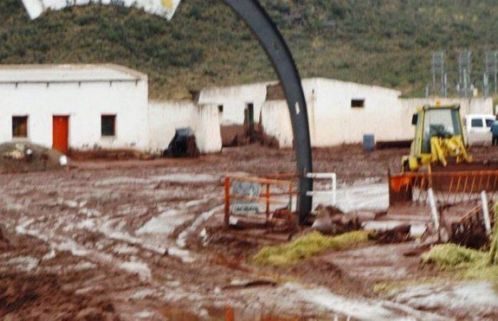 Revienta presa con agua contaminada de mina en Camargo