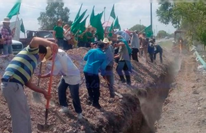 Tapan zanja de gasoducto en Meoqui como protesta