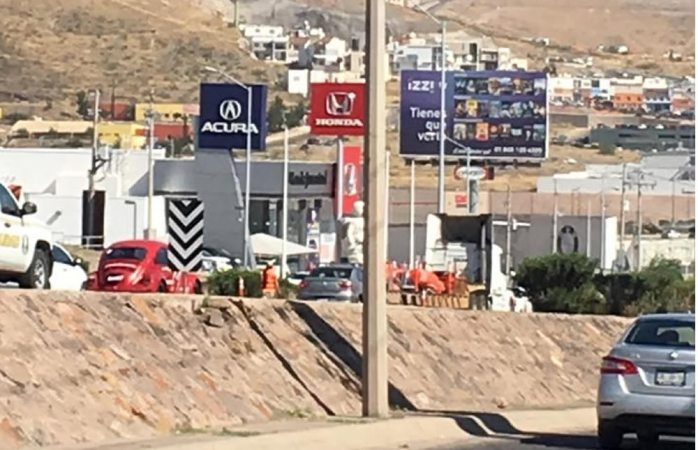 Cierran carriles del periférico por construcción de gaza en La Cantera