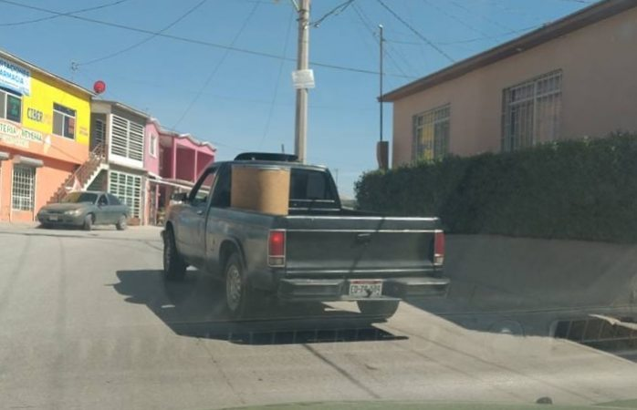Compran vecinos de Cerro Grande tambos con agua en cinco pesos