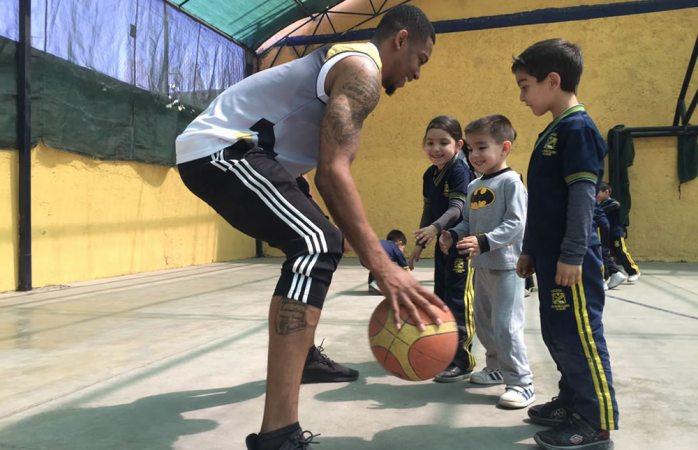 Visitan jugadores de Centauros el Colegio Latinoamericano Bilingüe