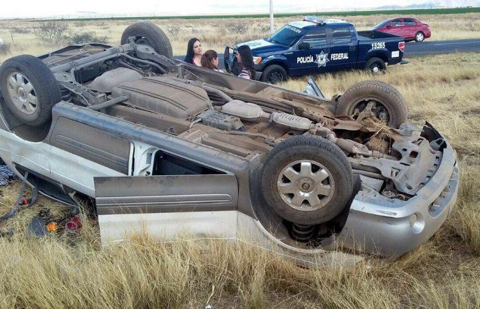 Vuelca conductor en la carretera a Ciudad Juárez