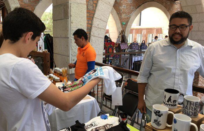 Ofrecen novedosos productos de diseñadores locales en bazar del emprendedor