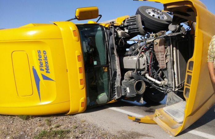 Por esquivar camioneta vuelca tráiler en la carretera Juárez - Chihuahua
