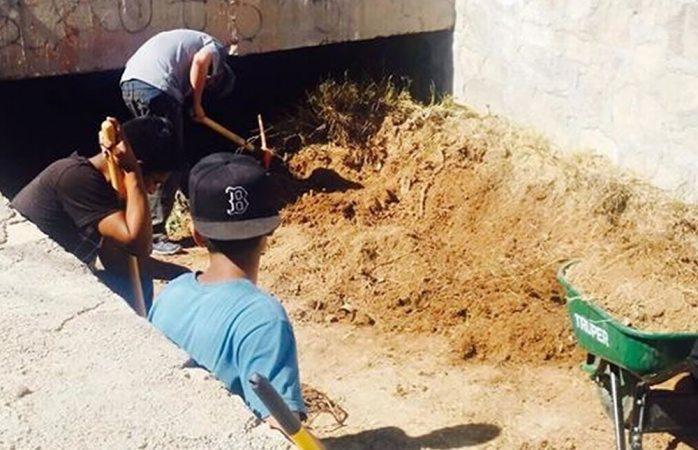 Limpian canaleta en la colonia Veteranos con apoyo de menores infractores