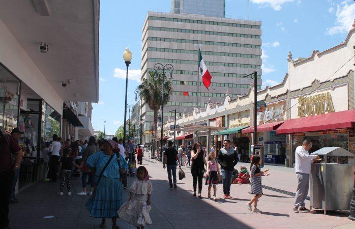 Ciudadanos abarrotan el centro en lunes festivo