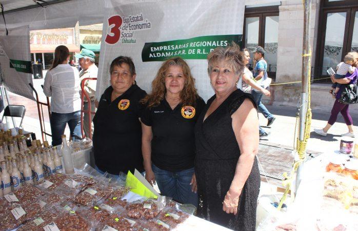 Exponen comerciantes sus productos en la plaza de armas