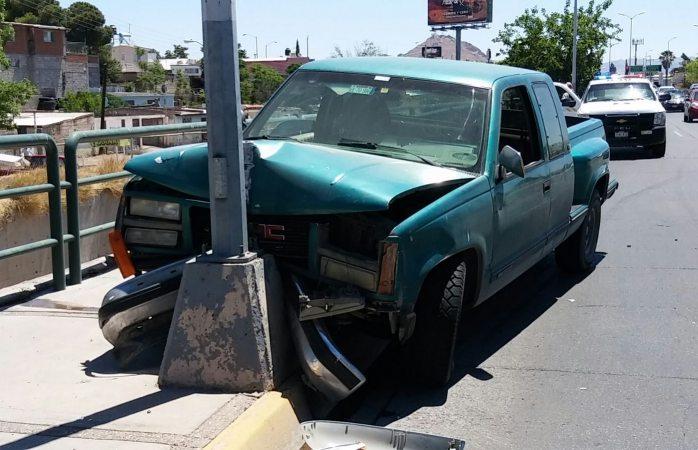 Choca contra poste en La Cantera