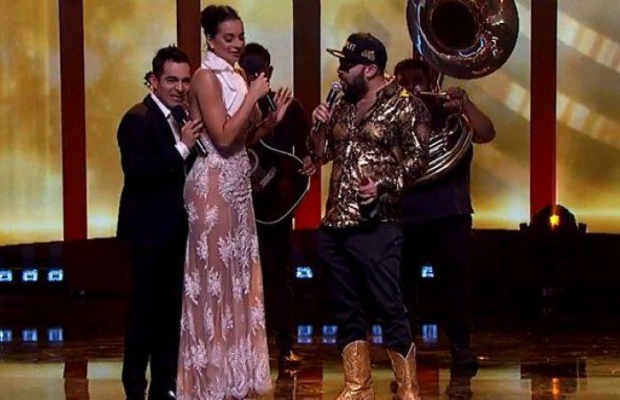 Toquetean y hasta una nalgada se llevó Cecilia Galeano en Premios de Radio