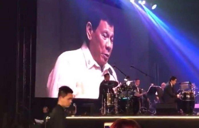 Video: Presidente de Filipinas le canta a Trump en cumbre
