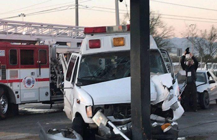 Deja cinco lesionados choque con ambulancia en Juárez