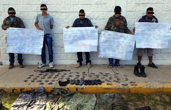 Aseguran AK-47 y cartulinas con mensajes a detenidos en Largo Maderal