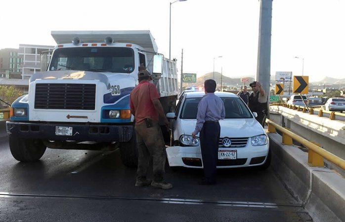 Choca dompe a auto en la avenida La Cantera