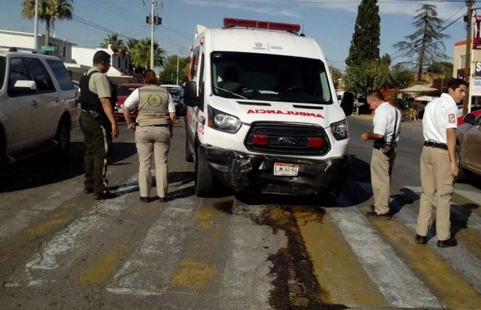 Choca ambulancia contra auto en la colonia San Felipe