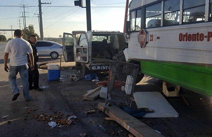 Choque entre camión urbano y camioneta deja tres heridos