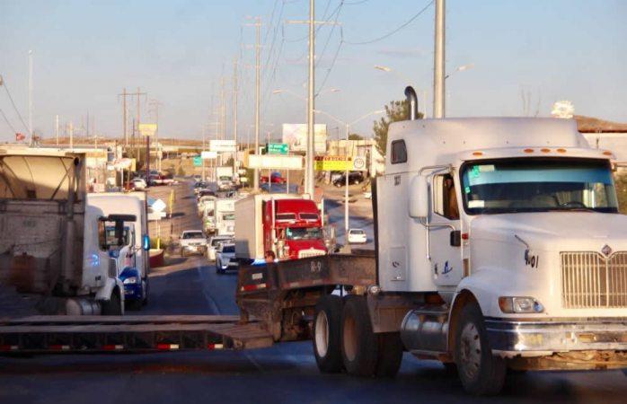 En vivo: caos vial en la carretera a Cuauhtémoc por choque de dos tráileres