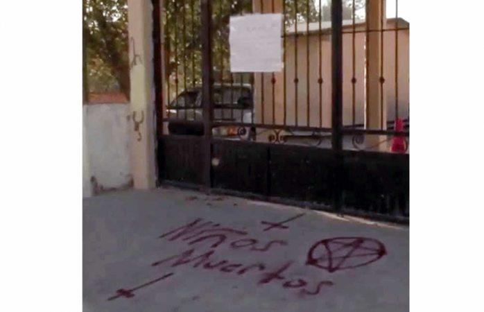 Suspenden clases en escuela de Juárez por pinta satánica