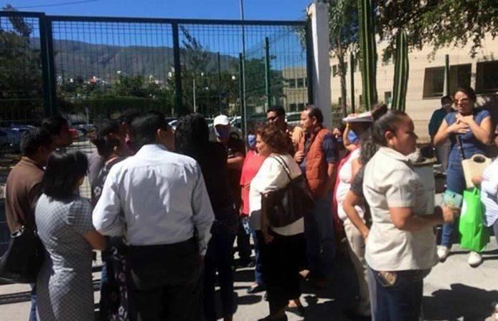 Protestan empleados de la Fiscalía de Guerrero por olor de Semefo