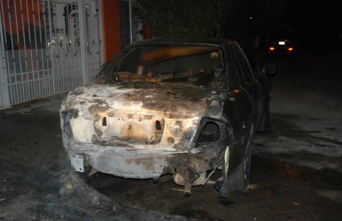 Queman automóvil con bomba molotov al sur de la ciudad