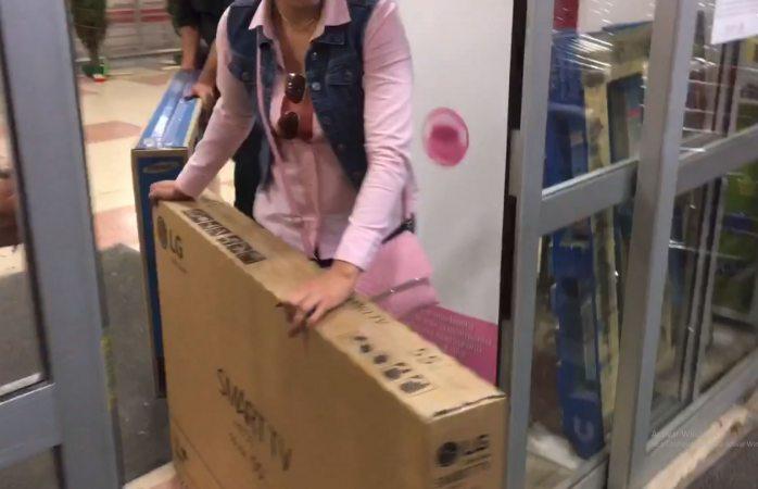 Después de 14 horas Soriana regala pantallas tras error de precio