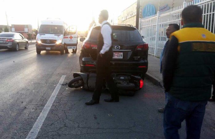 Chocan a motociclista al intentar dar vuelta en U en la Juan Escutia