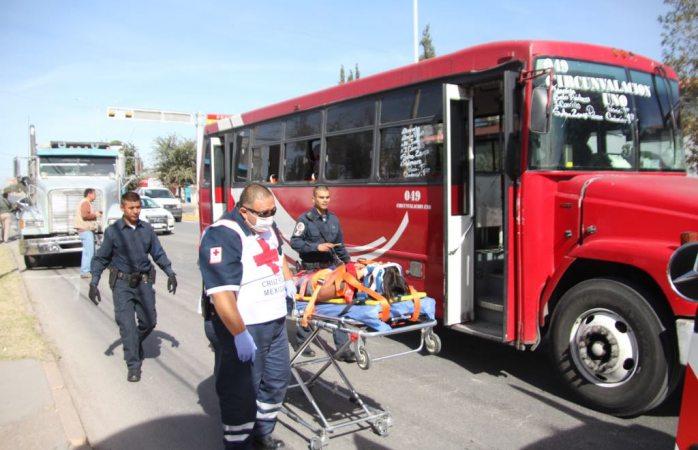 Le impactan por detrás a camión urbano, quedan 4 lesionados