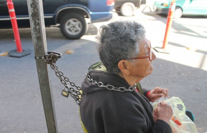 Reubicarán a ambulantes que se encadenaron en vía pública