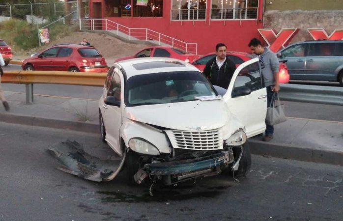 Choca conductora contra muro de contención en la avenida La Cantera