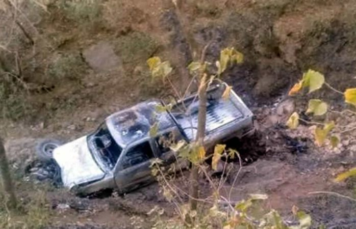 Muere al caer a barranco de 200 metros e incendiarse camioneta