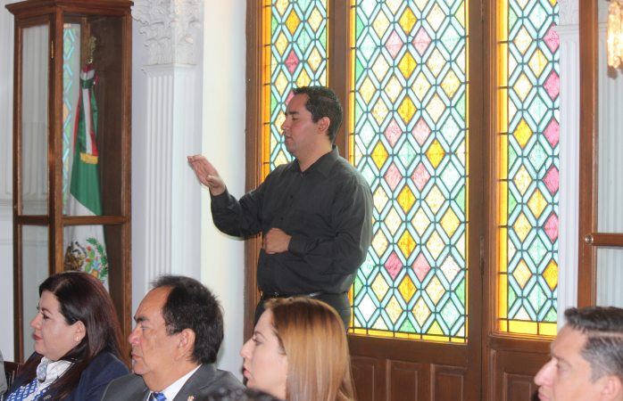Integran a cabildo a traductores de señas