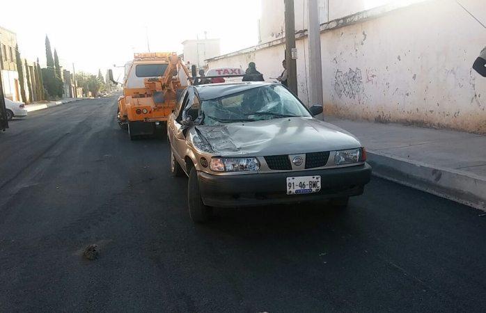 Se estampa taxi con camión