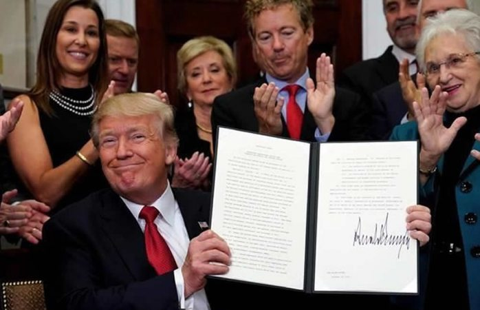 Firma Donald Trump orden contra Obamacare