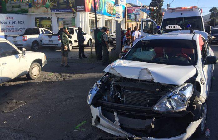 Impacta pick up a taxi y quedan dos personas lesionadas
