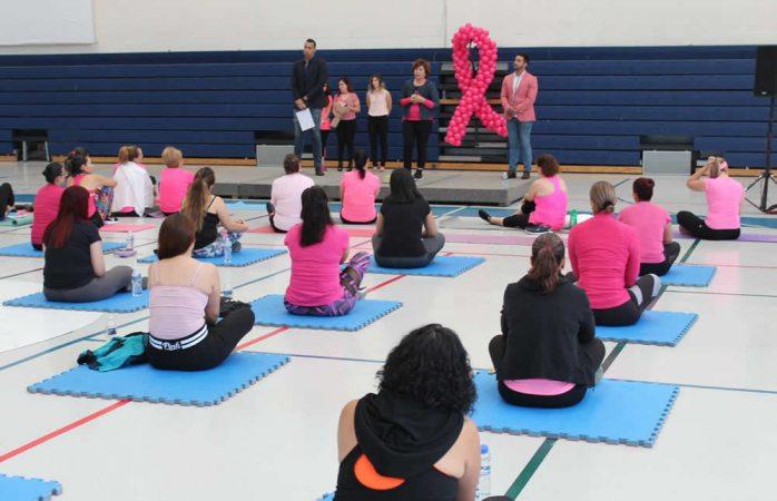 Concientizan a mujeres con testimonio de sobreviviente al cáncer de mama