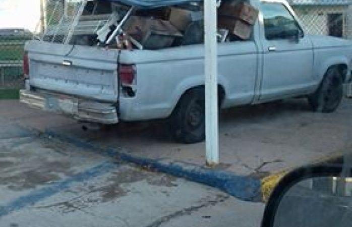 Utiliza techumbre de escuela como estacionamiento