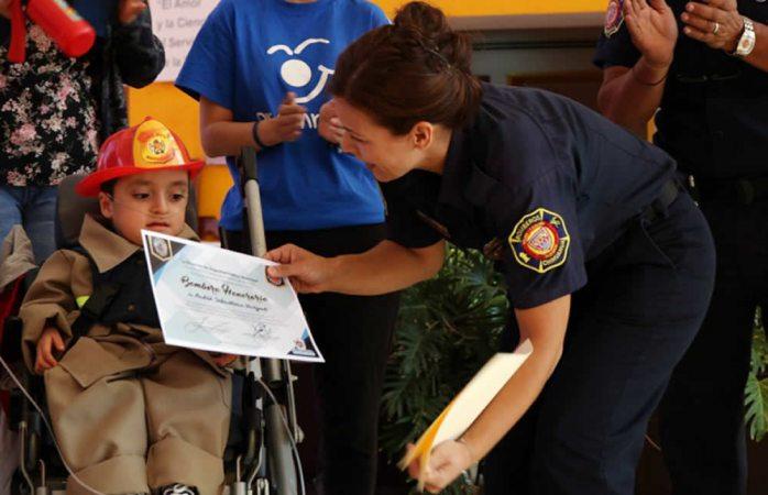 Entregan nombramiento de bombero honorario a niño