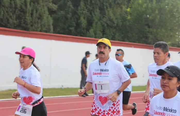 Corral y su esposa corren carrera de Cruz Roja
