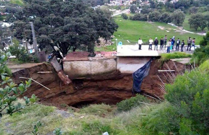 Se abre socavón de 30 metros de diámetro en Edomex
