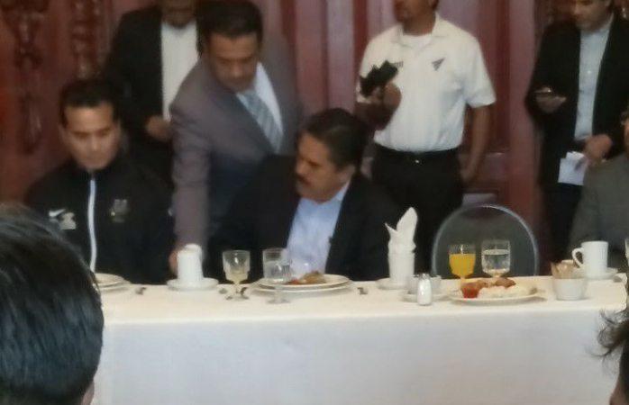 Captan a secretario privado tomando cerveza en desayuno de palacio