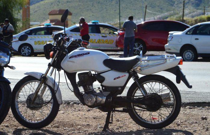 Choca motociclista y resulta con lesiones