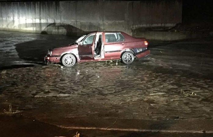 Arrastra auto el río Parral tras lluvias del sábado