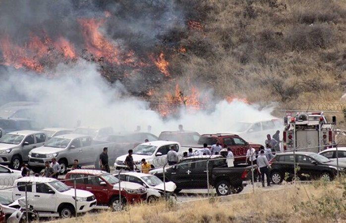 Daños en seis autos y dos detenidos, saldo de incendio detrás de Toyota