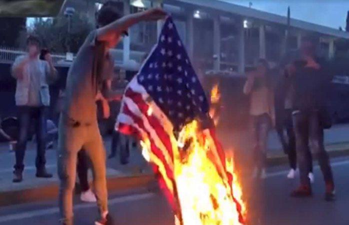 Queman banderas de EU en Grecia por ataque a Siria