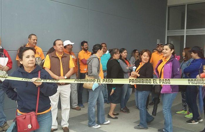 Toman maestros oficinas de gobierno del estado en Juárez