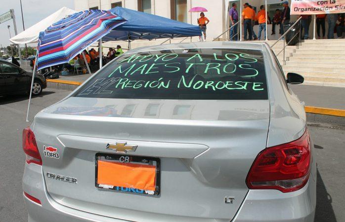 Cubren maestros placas de vehículos por temor a represalias