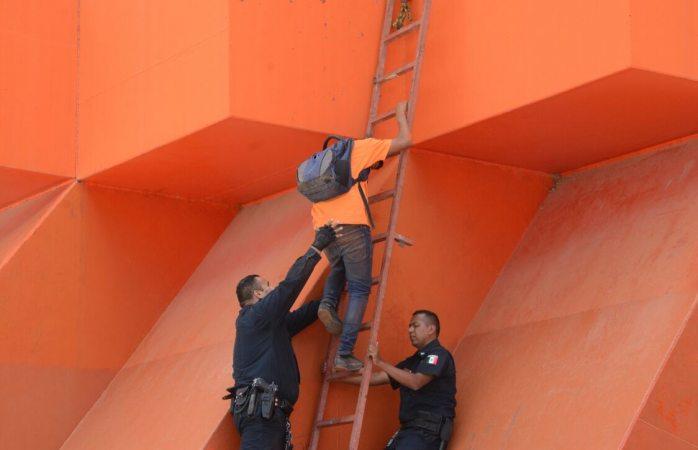 Atrapados dos menores en lo alto de la puerta Chihuahua
