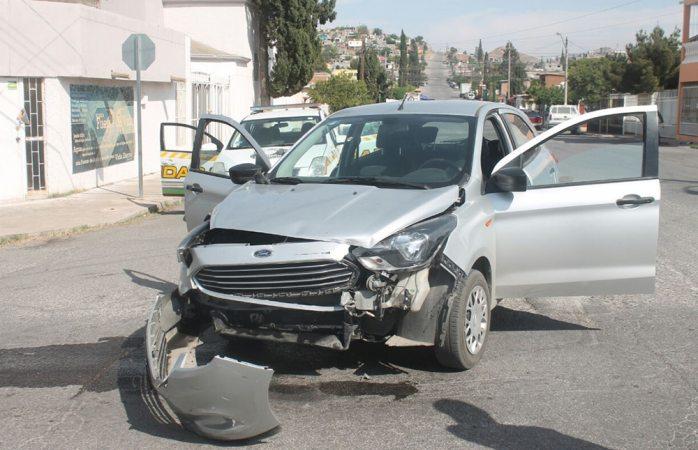 Omite alto e impacta contra vehículo en el Cerro de la Cruz